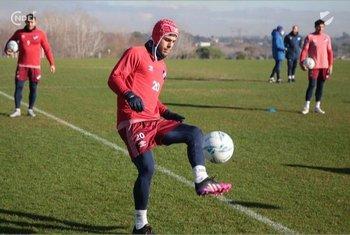 Felipe Carballo con una protección en la cabeza