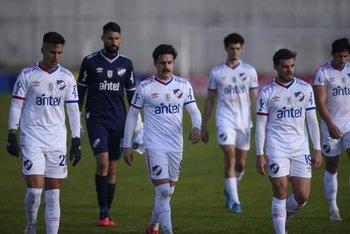 Los jugadores de Nacional se retiran de la cancha