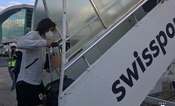 Edinson Cavani subiendo al avión