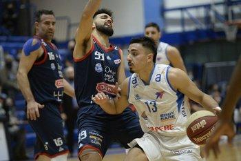 Álvarez, de Biguá, con la pelota