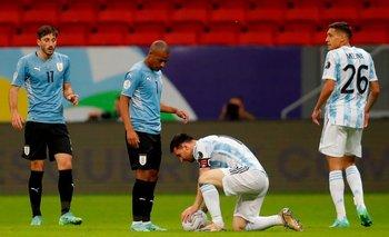 Nicolás De la Cruz se paró delante de Messi en un tiro libre