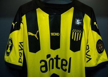Una de las camisetas de Peñarol en honor a Robert Lima
