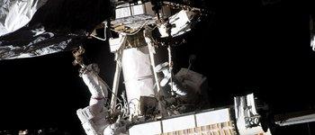 Esta foto de la NASA muestra al ingeniero de vuelo de la Expedición 65 Thomas Pesquet (izquierda) de la ESA (Agencia Espacial Europea) unido a un sistema de sujeción portátil articulado para los pies en el extremo del brazo robótico Canadarm2 que lleva nuevos paneles solares desplegados hacia el Espacio Internacional.