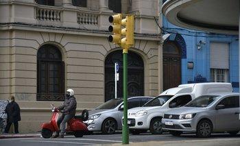 ¿Por qué la IMM está pintando los semáforos de verde en lugar de las tradicionales franjas?