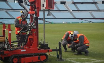 Ingenieros estudian qué hay debajo del piso del estadio Centenario para saber pueden bajar dos metros la cancha