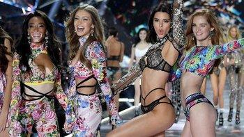 Las modelos Winnie Harlow, Gigi Hadid, Kendall Jenner y Alexina Graham aparecieron en el último desfile de Victoria