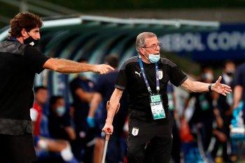 Tabárez se acerca a la línea a dar indicaciones