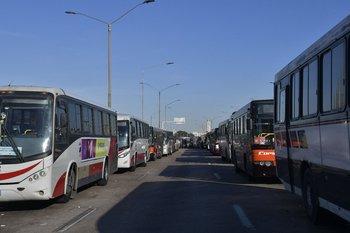El predio de la Terminal de Río Branco no basta para albergar a todos los coches; el corte de la rambla portuaria para las obras del viaducto sirvió para descomprimir la situación