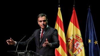 El presidente del Gobierno, Pedro Sanchez, anunció sus planes para aprobar los indultos este lunes frente a las banderas de Cataluña, España y la UE
