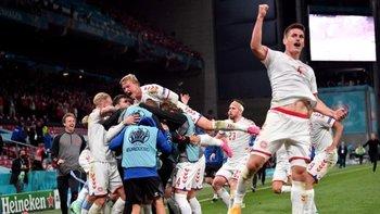 Los jugadores daneses celebraron efusivamente el pase a octavos de final de la Euro 2020