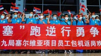 Empleados chinos en el Aeropuerto Internacional Dalian Zhoushuizi rumbo a Belgrado, capital de Serbia, para participar en un proyecto minero