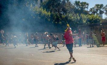 Indígenas y la policía se enfrentan durante una protesta contra un proyecto de ley que cambiaría las normas que establecen las tierras indígenas protegidas, en Brasilia el 22 de junio