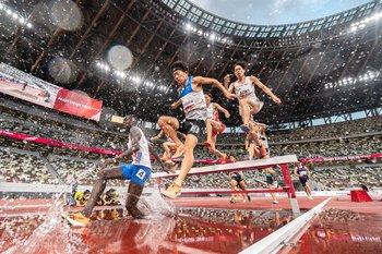 Prueba de obstáculos de 3000 m durante un evento de atletismo para los Juegos Olímpicos en el Estadio Nacional de Tokio