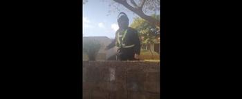 El agente le tiró el cascote a quien lo estaba filmando