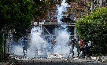 Manifestantes chocan con la policía antidisturbios durante una protesta contra el gobierno colombiano en Cali, Colombia, el 4 de junio de 2021