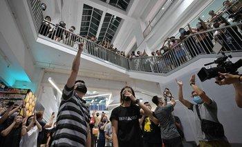 Trabajadores del Apple Daily se despiden del diario con un aplauso