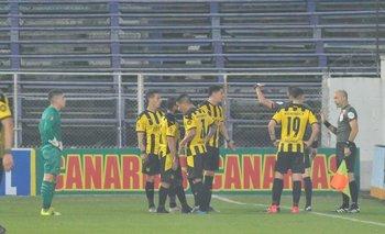 Los futbolistas de Peñarol protestando el gol de Torque que Matonte había convalidado