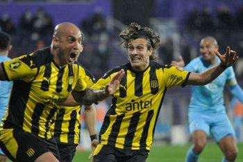 Ariel Nahuelpán celebra su gol para Peñarol ante Montevideo City Torque