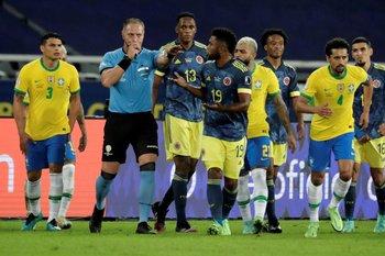 Pitana concede el gol de Brasil y los jugadores colombianos protestan
