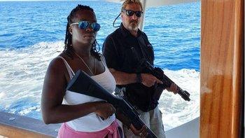 John McAfee posteó hace un par de años esta foto junto a su esposa en Twitter, aparentemente tras salir de Cuba
