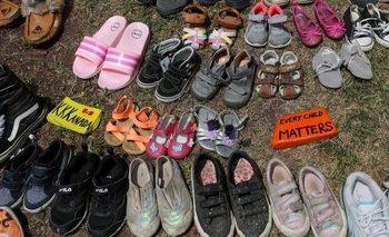 En semanas recientes, la gente dejó calzado de niños en monumentos conmemorativos para honrar a los que murieron en las escuelas indígenas de Canadá