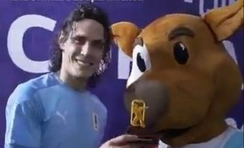 El festejo de Cavani y Pibe, la mascota de la Copa América