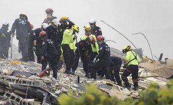 Los equipos de rescate continúan la búsqueda entre los escombros