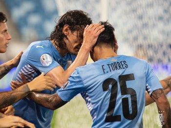 Edinson Cavani y Facundo Torres celebran el gol del jugador de Manchester United ante Bolivia