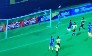 Kevin Dawson se estira pero no llega y es gol de Villa Española en los minutos de adición