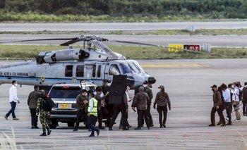 Duque camina rodeado de guardaespaldas cerca del helicóptero presidencial en el Aeropuerto Camilo Daza luego de que fuera alcanzado por disparos en Cúcuta