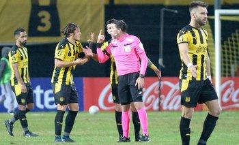 Agustín Canobbio le reclama a Falce; Peñarol perdió dos puntos más