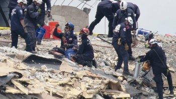 Un incendio bajo los escombros dificulta las labores de rescate