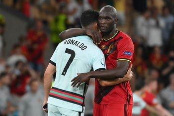 Romelu Lukaku consuela a Cristiano Ronaldo