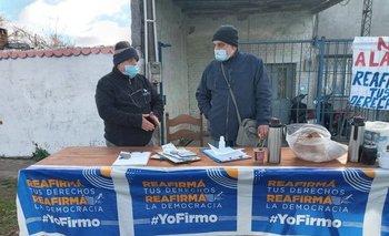 Puesto de recolección de firmas en una feria de Paysandú.