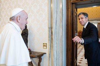 A la izquierda el Papa Francisco, a la derecha el secretario de Estado estadounidense, Antony Blinken