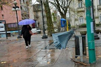 Paraguas que se vuela por el viento; una postal del temporal del lunes