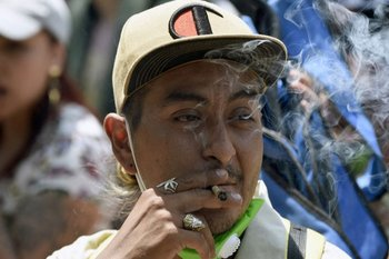 Hombre fumando marihuana en una de las manifestaciones para la legalización de la marihuana