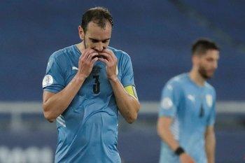 Diego Godín salió al cabo del primer tiempo con una molestia en la rodilla