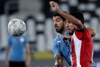 Luis Suárez en la disputa del balón