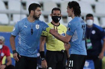 Cavani le entrega el brazalete a Suárez