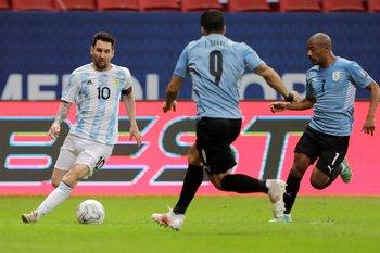 Messi, contra Suárez y De La Cruz en la Copa América pasada