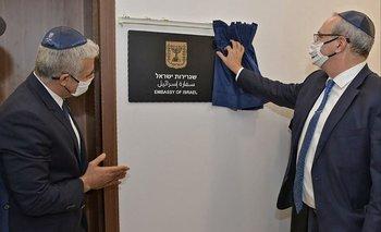 El canciller israelí, Yair Lapid, inaugurando en Emiratos la primera embajada de su país en el Golfo