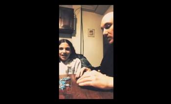 El argentino Juan Etchegarayse filmó mientras le explicaba a su sobrina el problema de la inflación usando caramelos como ejemplo