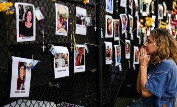 Familiares y amigos rezan para que alguno de los desaparecidos tras el derrumbe del edificio en Miami pueda ser localizado con vida