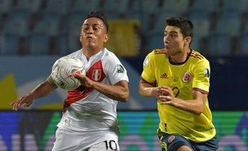 El colombiano John Medina marca al peruano Cristian Cueva