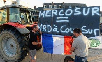 """El presidente del sindicato de agricultores franceses protesta en Le Mans con un juego de palabras que significa: """"Mercosur es igual Mierda con certeza"""""""