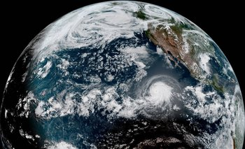 Imagen satelital que muesta huracán y eclipse