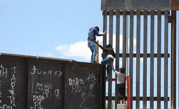 Inmigrantes centroamericanos intentando ingresar al territorio estadounidense