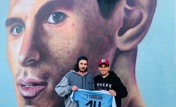 Lucas Torreira y José Gallino junto al mural que el artista realizó en Fray Bentos