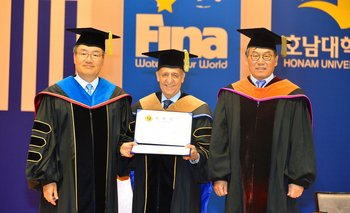 Maglione recibió la distinción Doctorado en Administración de Empresas en la Universidad de Honam.